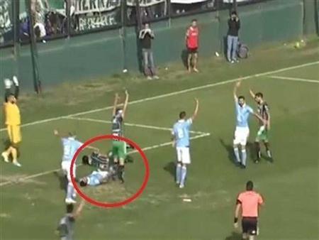 حكم أرجنتيني ينقذ لاعبا من الموت