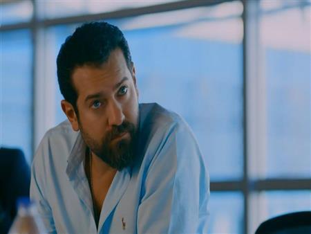 """عمرو يوسف عن شائعة ضبطه بمخدرات:""""معنديش سيارة سوداء.. وهجيب حقي"""" - فيديو"""