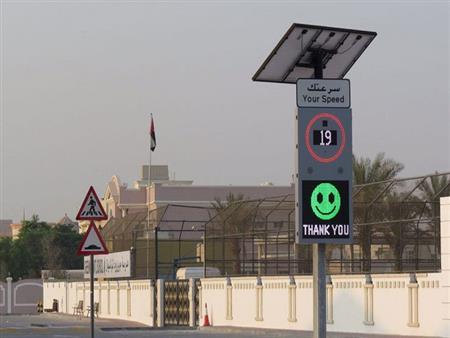 """دبي تلجأ إلى الـ""""إيموجي"""" لتنبيه السائقين بتجاوز السرعات على الطرق"""