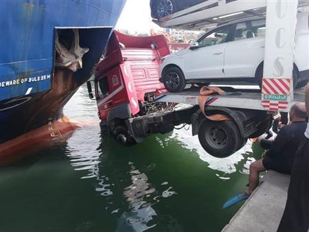 بالصور.. سفينة تنقذ شاحنة سيارات من السقوط في مياه البحر بميناء الإسكندرية
