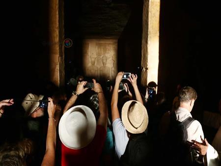 """بالصور-صدفة ورسالة.. كيف شاهد  3 سائحين تعامد الشمس في """"أبو سمبل""""؟"""