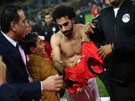"""بالصور - من الطفل الذي بكى من أجل """"تي شيرت"""" محمد صلاح؟"""