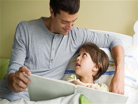 اعتناء الأب بطفله في المنزل أكثر مشقة من العمل