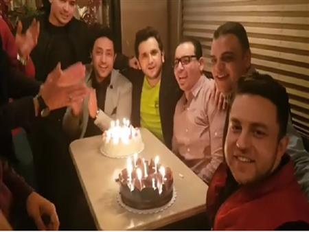 بالفيديو - أصدقاء الطفولة يحتفلون بعيد ميلاد مصطفي خاطر