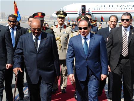 البشير يغادر القاهرة.. والسيسي يودعه على سلم الطائرة –فيديو