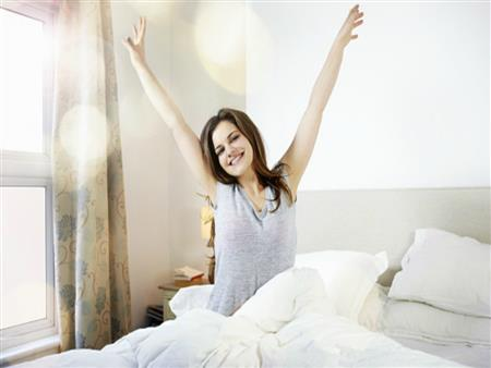 دراسة: استيقاظ النساء مبكرًا يقيهن من هذا المرض