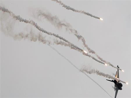 """إسرائيل تقصف مواقع """"حماس"""" في غزة.. وأدرعي يتوعد"""