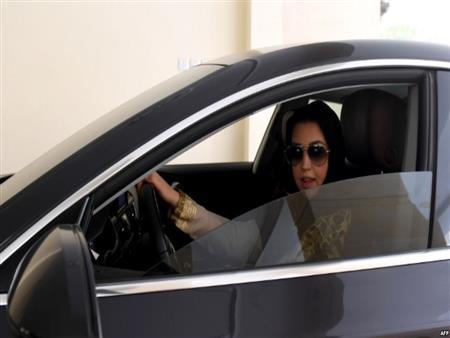 تعرف على أول إمرأة سعودية قامت بقيادة سيارتها فور تفعيل الأمر الملكي -فيديو