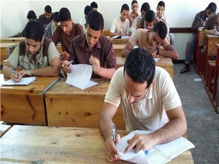 طلاب الدور الثاني بالثانوية العامة يؤدون امتحاني الجبر والإحصاء