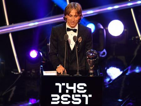 مودريتش يتوج بجائزة أفضل لاعب في العالم.. ويوجه رسالة لصلاح