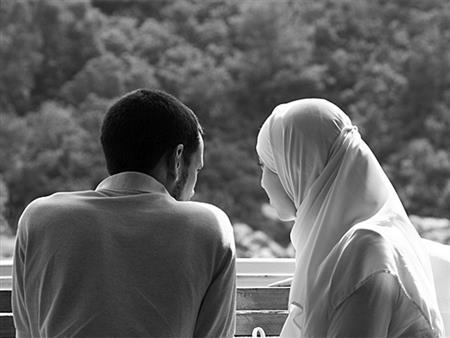 فتاوى المرأة (67): بعد عقد القران هل يحق للزوج أن يأمر زوجته وهي في بيت أهلها؟