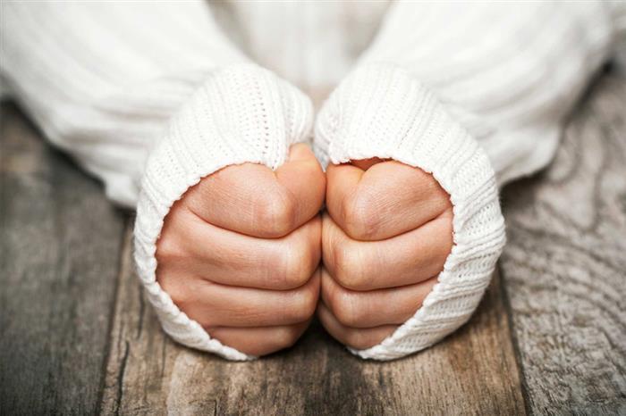 تعاني من تورم الأصابع في الشتاء؟.. جرب هذه النصائح