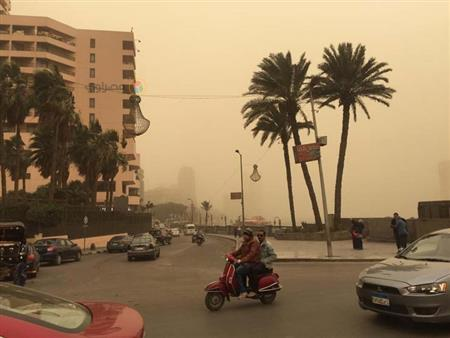 بالصور.. عاصفة ترابية تضرب القاهرة والأرصاد: أمطار في المساء