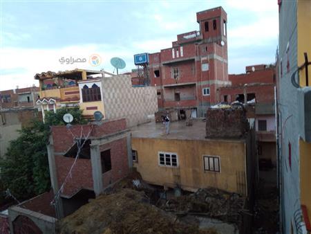 معاناة لا يعرفها سكان المدن.. موسم نزح المياه من أسطح بيوت القرى (صور)