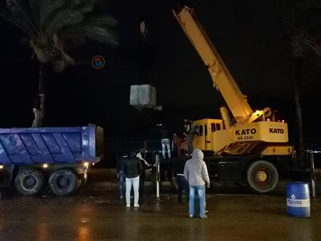 بحواجز غاطسة وأجولة رمال.. الإسكندرية تحمي الكورنيش من الانهيار (صور)