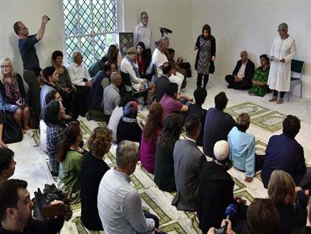 """بعد مسجدي مريم وابن رشد.. """"مسجد فاطمة"""" في باريس تصلي فيه النساء بغير حجاب بجانب الرجال"""