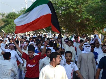 """تظاهرات وإعفاءات و""""أزمة صندوق الجيش"""".. ماذا يحدث في الكويت؟"""