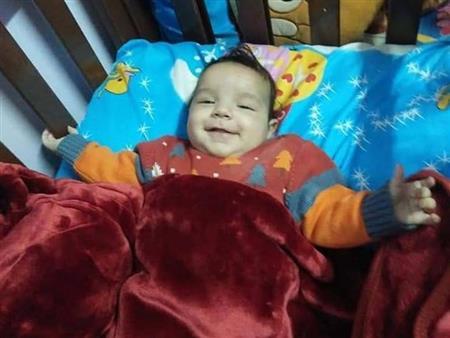 """نقل أحد """"طفلي بير السلم"""" إلى المستشفى بعد أنباء عن إصابته بثقب في القلب"""