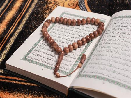 سؤال لعلي جمعة والشيخ يجيب: ما الأفضل الذكر أم قراءة القرآن الكريم؟