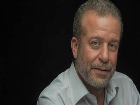 """شريف منير يتسلم قميص محمد صلاح.. ويعلق: """"شكرًا مو"""""""