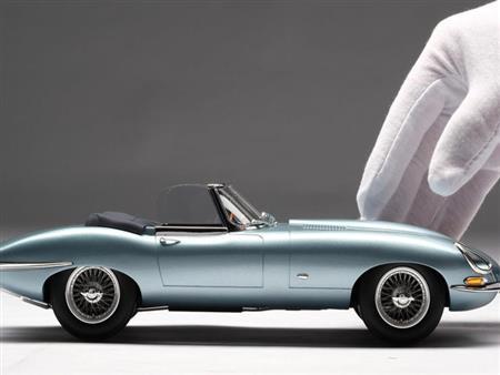 نماذج مصغرة لسيارات تباع بأسعار تتخطى 2.5 مليون جنيه.. فيديو وصور