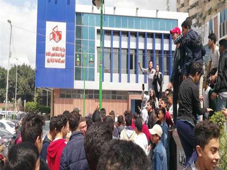"""بالصور.. تظاهرة لطلاب أول ثانوي بسب تعطل """"التابلت"""" لليوم الثاني"""