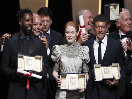 """فيلم كوري يحصد """"السعفة"""" وأنطونيو بانديراس أفضل ممثل بمهرجان كان السينمائي"""
