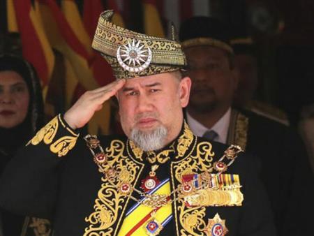 تخلى عن عرشه لأجلها.. ملك ماليزيا السابق يطلق زوجته الحسناء بالثلاثة.. والسبب