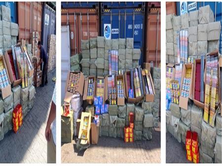 """""""الداخلية"""": إحباط تهريب 6 ملايين عبوة ألعاب نارية في ميناء الإسكندرية-(صور)"""