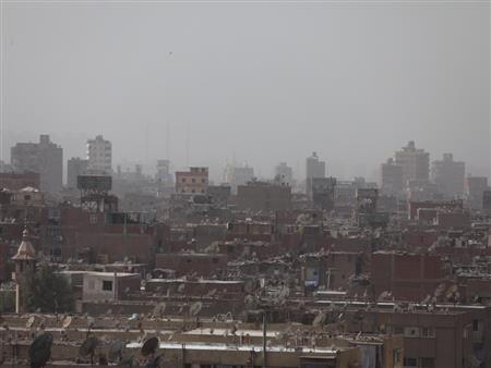 بدأت.. الغيوم والرياح تغطي سماء القاهرة (شاهد بدء موجة الطقس السيئ)