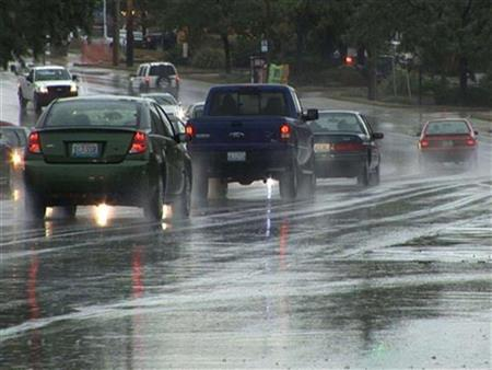 نصائح مهمة للقيادة بأمان وتفادي مخاطر الحوادث أثناء تساقط الأمطار