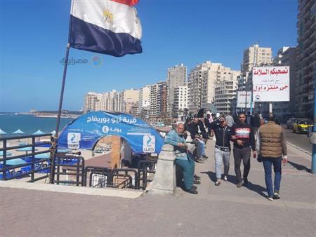 مواطنون يتحدون قرار إغلاق شواطئ الإسكندرية.. والشرطة تتدخل