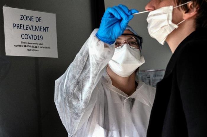 مدير حميات إمبابة يكشف ضوابط أخذ مسحة كورونا وخطورة كسر الأنبوبة داخل الأنف