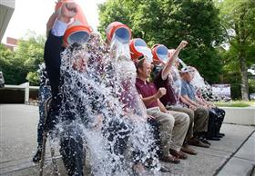 """أطرف المشاهد لنجوم ومشاهير العالم المشاركين بتحدّي الـ """"Ice Bucket"""" - دلو الثلج"""