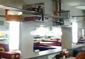 قطار آلي يُوصل الطلبات للزبائن داخل صالة المطعم