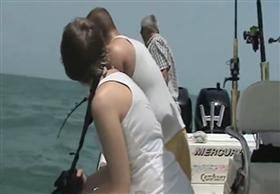 سمكة هامور ضخمة تبتلع قرشا في قضمة واحدة