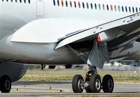 قائد سيارة ينقذ طائرة ركاب من هبوط مروع