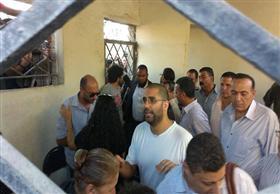 علاء عبد الفتاح لمشيعي جثمان والده: