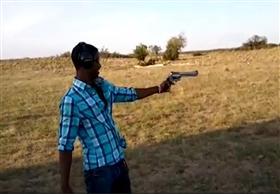 شاب يفقد السيطرة على سلاحه أثناء التدريب على الرماية