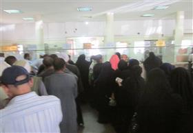زحام في أول أيام صرف المعاشات بالعلاوة 10% ببريد نجع حمادي