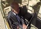 """الأسد """"كولومبوس"""" يحاول إفتراس سليمان عيد عقب نجاحه في فتح باب السيارة - فيديو"""