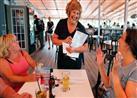 زوجة حاكم ولاية أمريكية تعمل نادلة في مطعم من أجل سيارة