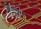 رجلان يمهدان ممرا للمصلين من ذوي الاحتياجات الخاصة إلى المسجد