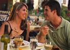 دراسة: هذا ما تأكله الفتيات عند رؤية شاب وسيم
