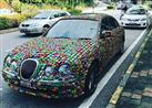 لهذا السبب.. رجل أعمال يغطي سيارته بـ4000 سيارة لعبة (فيديو وصور)
