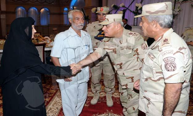 بالصور.. وزير الدفاع يكرم أسر شهداء حرس الحدود ويصدق على سفرهم للحج