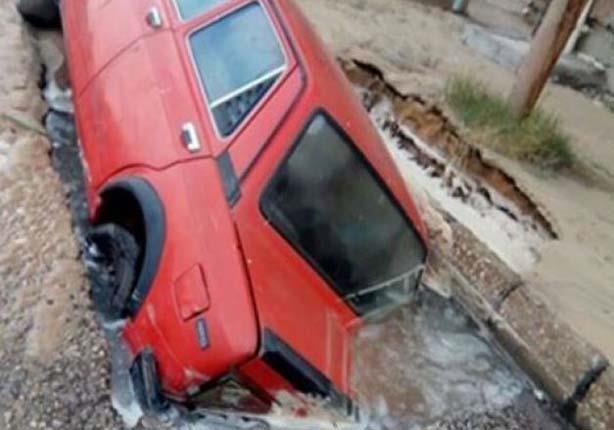 بالصور - هبوط أرضي يبتلع سيارة بالإسماعيلية