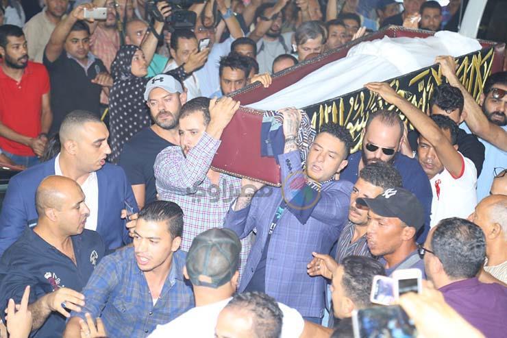 بالصور تشيع جنازة الفنان فاروق الفيشاوي ونجله ينفعل على الصحفيين وحالة من الحزن تخيم على مسجد مصطفي محمود 1 25/7/2019 - 1:04 م