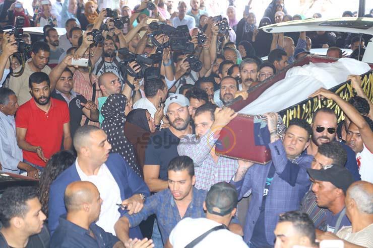 بالصور تشيع جنازة الفنان فاروق الفيشاوي ونجله ينفعل على الصحفيين وحالة من الحزن تخيم على مسجد مصطفي محمود 2 25/7/2019 - 1:04 م