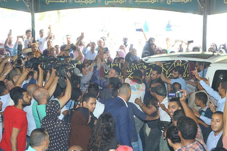بالصور تشيع جنازة الفنان فاروق الفيشاوي ونجله ينفعل على الصحفيين وحالة من الحزن تخيم على مسجد مصطفي محمود 3 25/7/2019 - 1:04 م